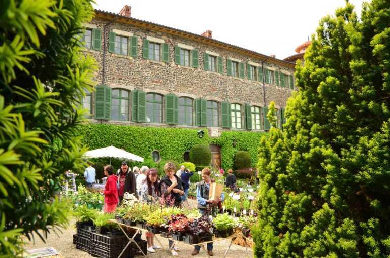 Personne achetant des plantes devant chateau